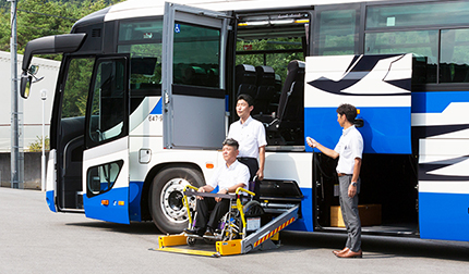 [the appearance] the getting on and off with wheelchair②